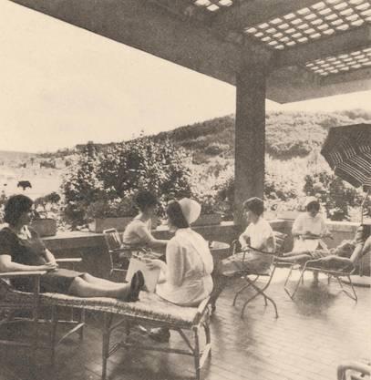 Historische Bilder der Psychiatrie Baselland PBL. Auf der Terrasse des Hasenbühls Liestal 1965