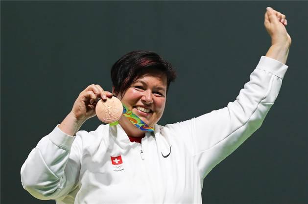 Stolz präsentiert Heidi Diethelm Gerber bei der Medaillenzeremonie ihre bronzene Auszeichnung.