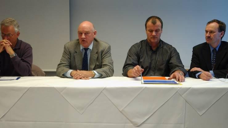 Die alte Führungsriege unter Verdacht: Peter Bossert (2 v.l.), Präsident des ehemaligen Verwaltungsrates informiert 2003 über über die Zukunft der Kloten Flyers.