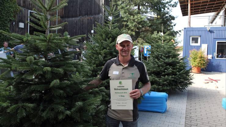 Willi Mathys aus Urdorf von der Firma Agroservice GmbH mit der schönsten Nordmannstanne der Schweiz.