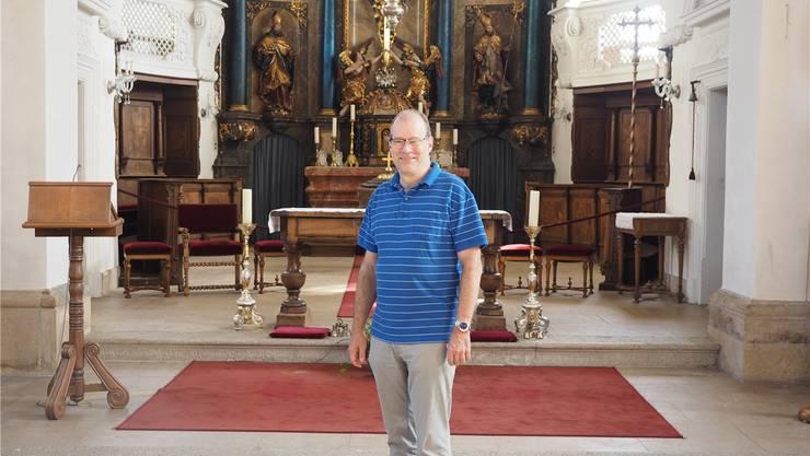 «Eine der schönsten Kirchen im Fricktal»: Historiker Linus Hüsser vor dem Chorraum «seiner» Kirche in Herznach.
