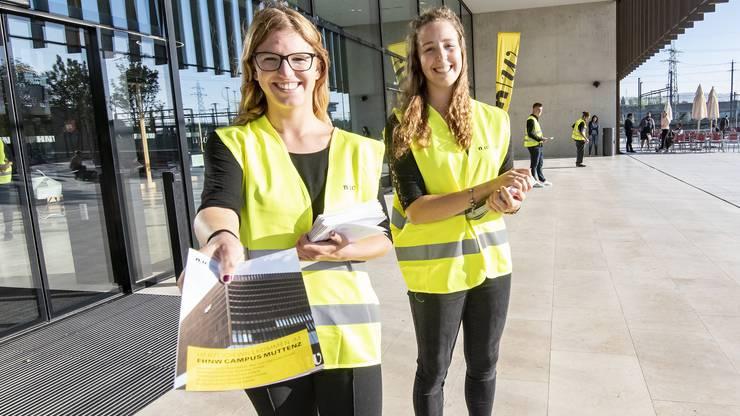 """Begrüsst wurden die Besucher und Besucherinnen von """"Bildungslotsen"""", die Übersichtspläne des neuen Campus verteilten."""