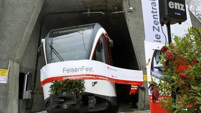 Der erste Zug der Zentralbahn durchfährt den Tunnel