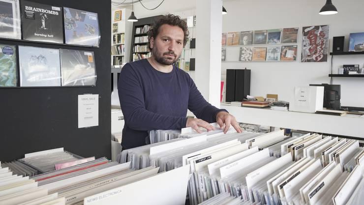 Michi Zaugg zwischen den rund 7000 Vinyl-Platten, die derzeit im Plattfon stehen.