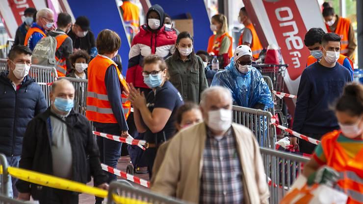 Die Weltgesundheitsorganisation (WHO) empfiehlt zur Eindämmung des Coronavirus nun doch die Nutzung von Gesichtsmasken in überfüllten öffentlichen Einrichtungen. (Symbolbild)