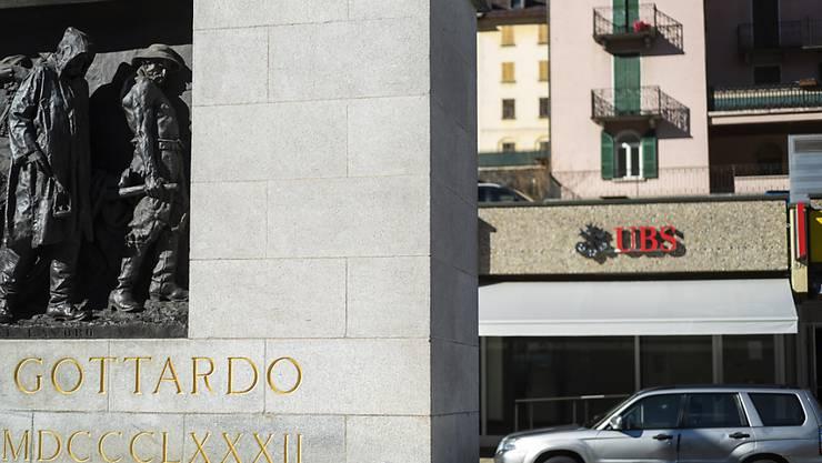Die UBS streicht Stellen im Tessin. Im Bild: Filiale der Grossbank UBS am Bahnhof Airolo. (Archivbild)