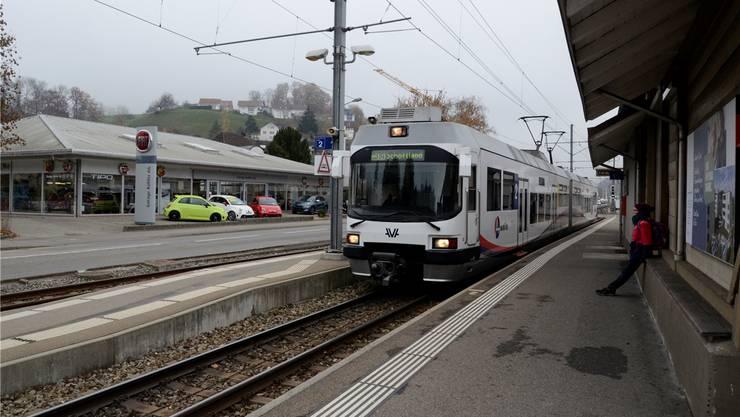 Die Wynen- und Suhrentalbahn (hier an der Station in Teufenthal) wird nicht schneller durchs Wynental fahren.
