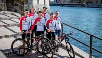Die Wege trennen sich: Die Fahrer Ursin Spescha (vorne links) und Vital Albin (vorne rechts) verlassen das Bike Team Solothurn, Nick Burki (Mitte) bleibt. Auch beim Staff kommt es zu Wechseln: Teammanager Roland Richner (hinten links) geht, Mechaniker Christian Reber (Mitte) und Gründer Reto Burki sind weiter dabei.