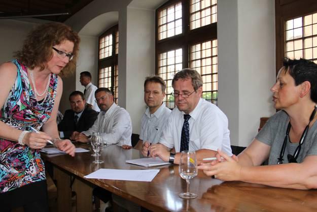 Der neue Verwaltungsrat der Spitex Region Brugg AG unterschreibt den Handelsregistereintrag