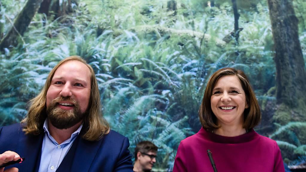Die Favoriten haben sich durchgesetzt: Die Grünen im deutschen Bundestag haben Katrin Göring-Eckardt und Anton Hofreiter an ihrer Spitze bestätigt. (Archivbild)