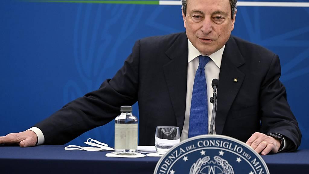 Mario Draghi, Premierminister von Italien, spricht bei einer Pressekonferenz zum Corona-Impfplan. Foto: Riccardo Antimiani/Pool Ansa/AP/dpa