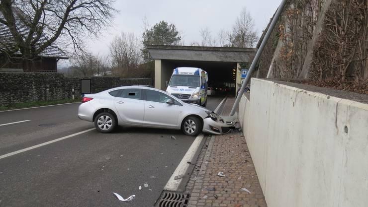 Ein Opelfahrer kam gestern Dienstag auf der Umfahrungsstrasse Bremgarten von der Fahrbahn ab und prallte gegen eine Mauer.