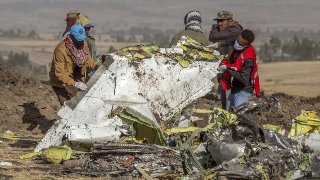 Mangelnde Transparenz und eine unzureichende Aufsicht führten gemäss einem US-Ausschuss zu den Abstürzen der Boeing 737 Max - im Bild die Absturzstelle des Ethiopian Airlines-Flugs vom März 2019. (Archivbild)