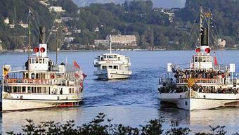 Die Dampfschiffe Uri (l.) und Gallia (r.) begleitet vom Motorschiff Waldstätter (M.) bei Luzern