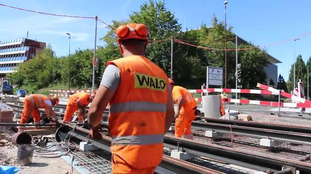 Während Michael Reuter (im Hintergrund) mit der Schleifmaschine MP6 den Schienenstoss bearbeitet, wird (im Vordergrund) bereits der nächste zur Schweissung vorbereitet. 11.08.18