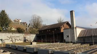 Das Areal liegt zwischen Kantonsstrasse (hinter der Mauer) und der Bünz, am Fusse des Schlossbergs. Nadja Rohner