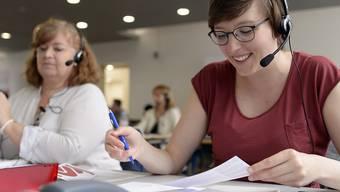 Freiwillige am Spendentelefon der Glückskette während eines vorangehenden Sammeltages. (Archiv)