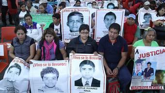 Angehörige der seit fast einem Jahr vermissten mexikanischen Studenten an der Pressekonferenz der internationalen Experten, die in dem Fall ermittelt haben.