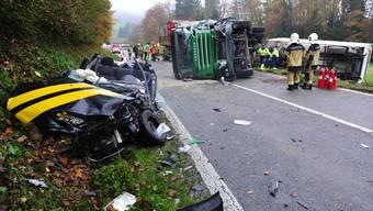 Der Unfallort nahe dem Ortseingang von Endingen mit den drei involvierten Fahrzeugen.