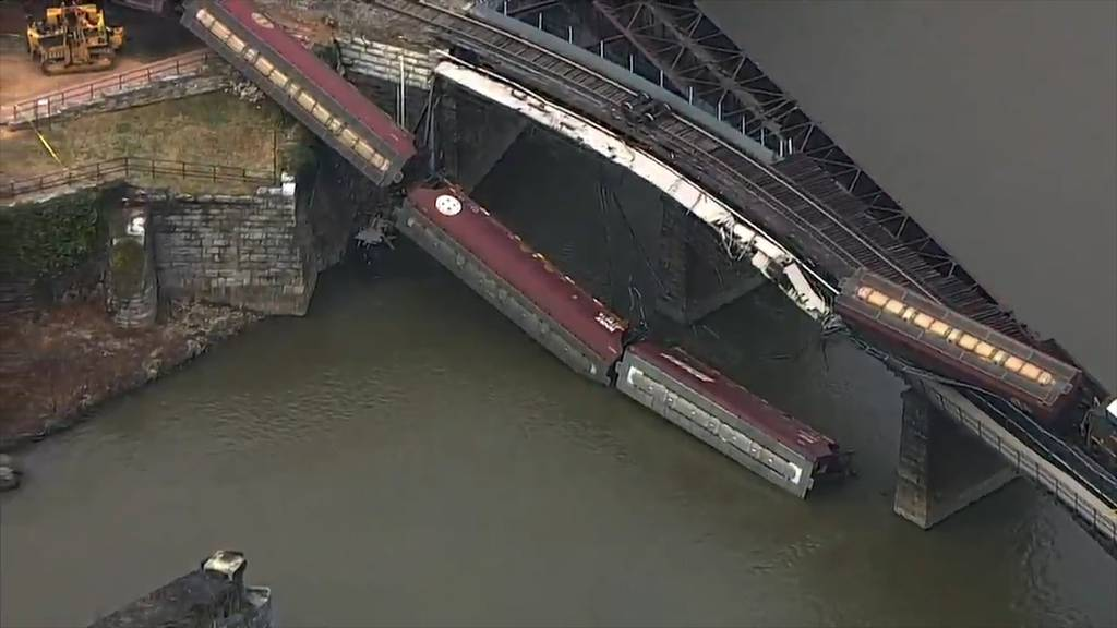 Güterzug entgleist: Waggons stürzen in Fluss