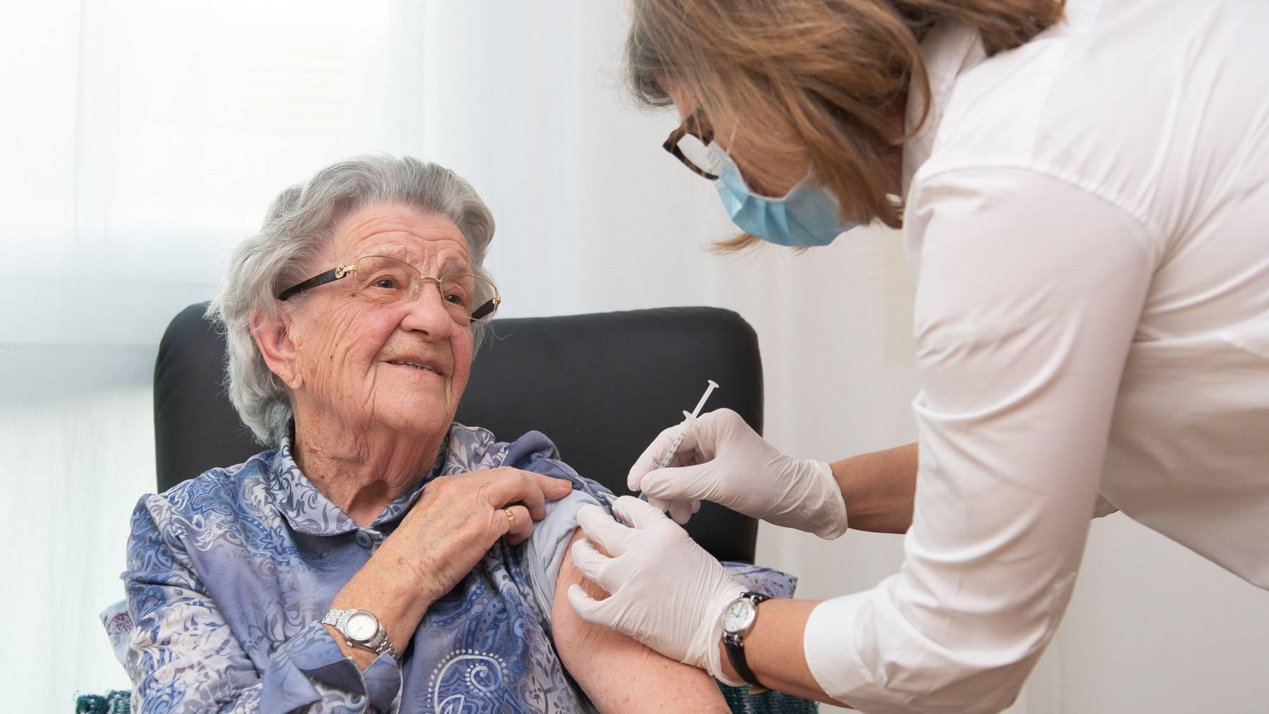 Eine Bewohnerin in einem Nidwaldner Alters- und Pflegeheim erhält die erste Dosis ihrer Covid-19-Impfung.