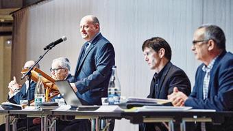 Valentin Schmid (Mitte) verkündete vor 923 Stimmberechtigten in der geräumigen Umweltarena seinen Rücktritt.