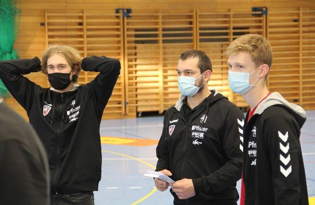 Daniel Parkhomenko, Patrick Strebel vom NLA-Team und Finn Kreuzer von der U19 des HSC (von links) geben Tipps.