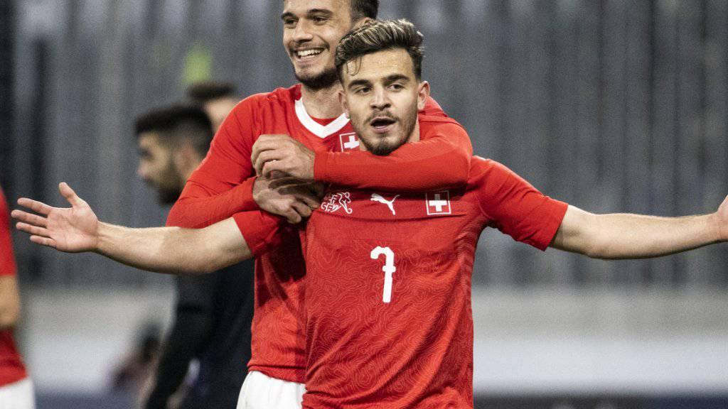 Bastien Toma (vorne) feiert sein 2:0 mit Jérémy Guillemenot
