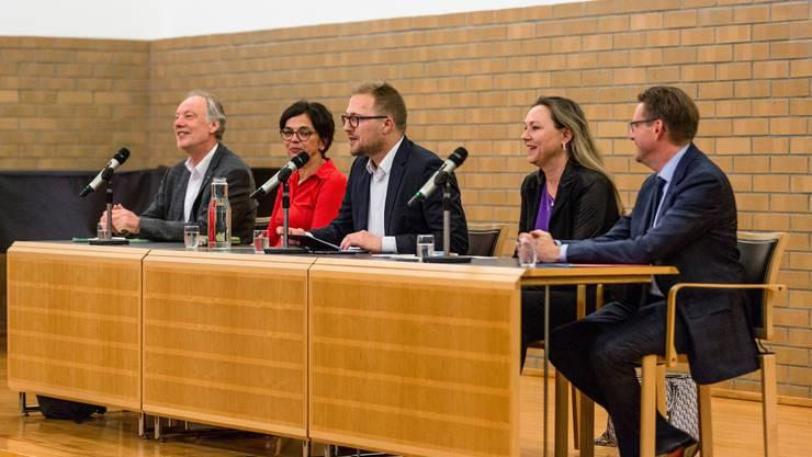 Sprachen am Podium im Dietiker Stadthaus: Thomas Hardegger (SP), Kerstin Camenisch (SP), Moderator David Egger, Janine Vannaz (CVP) und Josef Wiederkehr (CVP).