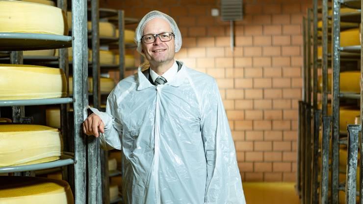 Er lächelt, obwohl er enttäuscht und getäuscht wurde: Emmentaler- Präsident Daniel Alain Meyer im Käselager der Schaukäserei in Affoltern im Emmental.