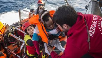 Ein gerettetes Baby wird auf das Schiff der spanischen Hilfsorganisation Proactiva Open Arms gebracht.