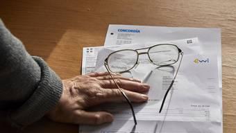 Womit die Rechnungen bezahlen? Viele Menschen geraten im Alter in finanzielle Nöte – Zusatzleistungen sollen ihnen helfen.