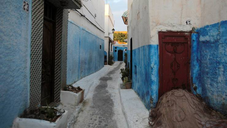 Fishing nets lie outside a doorway among the narrow streets of Rabat's blue and white buildings in the Old Town at dawn on April 3, 2009. REUTERS/Steve Crisp (MOROCCO SOCIETY TRAVEL)