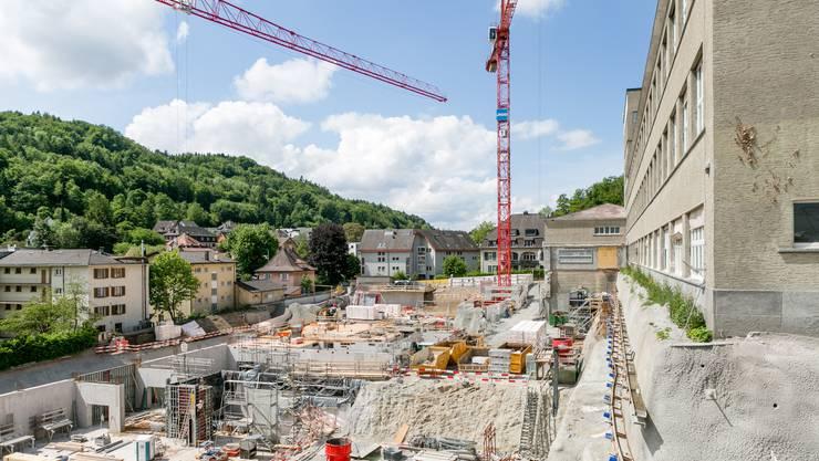 Die neue Turnhalle und das Schulgebäude Burghalde 2 sind bereits zu sehen. Rechts das bestehende Schulgebäude.