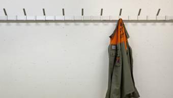 Jacke eines Zivilschützers an der Garderobe: Er darf im Gegensatz zu Armeeangehörigen seinen Dienst nicht am Stück leisten. (Themenbild)