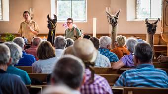 Chefredaktor Christian Dorer und Mister Leserwandern Sven Altermatt begrüssen die Wanderer in der Kirche von Lüsslingen zum Anfang der 2. Leserwandern-Etappe im Jahr 2016. Die Wanderung durch den Solothurner Bucheggberg ist eine unserer Empfehlungen.