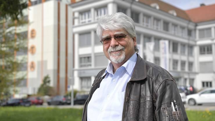 Beat Gilomen, langjähriger Entwicklungschef der ETA (Hauptsitz in Grenchen im Hintergrund), schaut anlässlich seiner Pensionierung auf die bewegte Geschichte der Uhrenindustrie zurück.