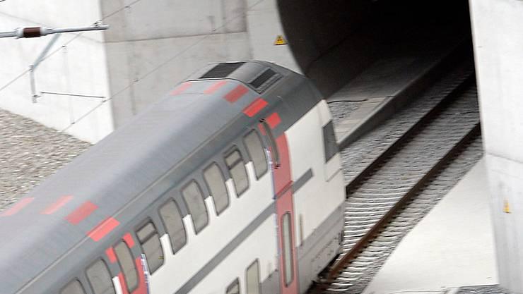Der erste Zug bei der Einfahrt in den neuen Lötschberg-Basistunnel 2007. Nun muss er saniert werden, weil Wasser und Schlamm eingedrungen ist.