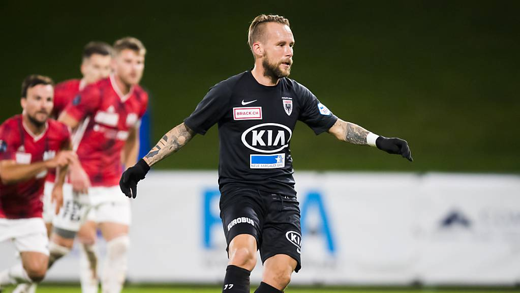 Markus Neumayr (am Ball) spielt ab sofort nicht mehr für Aarau