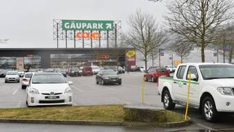 Auf diesem Parkplatz vor dem Coop Megastore möchte bis 2018 Coop den neuen Bau + Hobby-Fachmarkt realisieren.