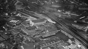 Sprecher und Schuh zwischen 1918 und 1937: Die Fabrik für elektrische Apparate neben den Bahngeleisen.