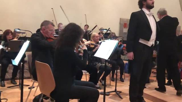 Der junge Tenor Omer Kobiljak singt Arien am Neujahrs-Apéro von Urdorf – und begeistert das Publikum.