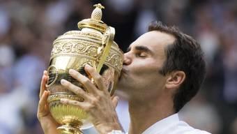 """Acht Mal die Wimbledon Trophäe geküsst: Nun applaudiert Roger Federer mit dem Turnier in London den """"Helden an der Front"""""""
