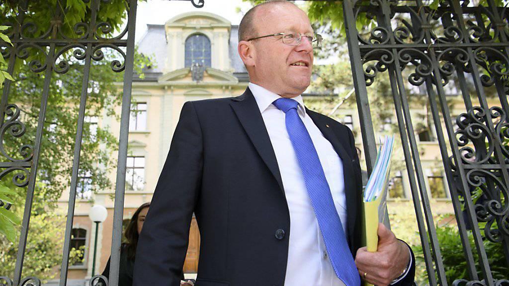 SVP-Nationalrat Jean-Luc Addor beim Verlassen des Bezirksgerichts Sitten nach der Gerichtsverhandlung am 23. Mai 2017. (Archiv)