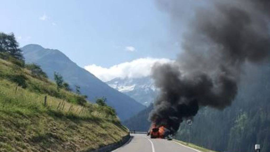 Auto brennt am Grossen Sankt Bernhard