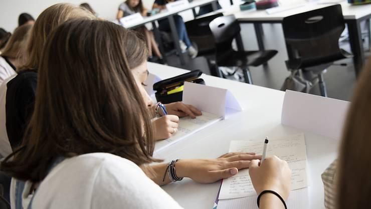 Der Kantonsrat will die besten Schülerinnen und Schülerinnen im Gymi, nicht jene, die von ihren Eltern besonders intensiv gepusht werden. Er fordert deshalb ein Förderprogramm für Kinder aus bildungsfernen Familien.. (Symbolbild)