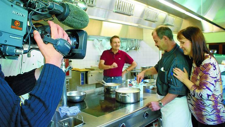 In der Küche: Rolf und Marietta Meier (r.) lassen sich von Daniel Bumann beraten. (Bild: bel)