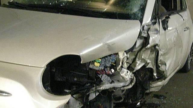 Schwer beschädigter Personenwagen im Seelisbergtunnel (Quelle: Kantonspolizei Uri)