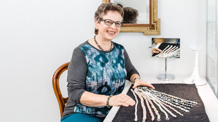 Hanna Lüscher aus Birr fertigt in ihrem Atelier bei sich Zuhause Schmuck aus Perlen.