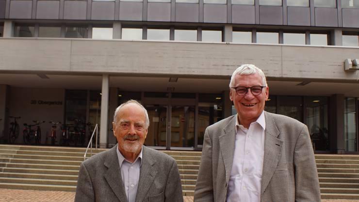 Pioniere des aargauischen Verwaltungsgerichts: Carl Hans Brunschwiler (links), einer der zwei ersten hauptamtlichen Richter, und der erste Gerichtsschreiber Thomas Pfisterer, vor dem Obergerichtsgebäude in Aarau, das ebenfalls vor 50 Jahren bezogen wurde.